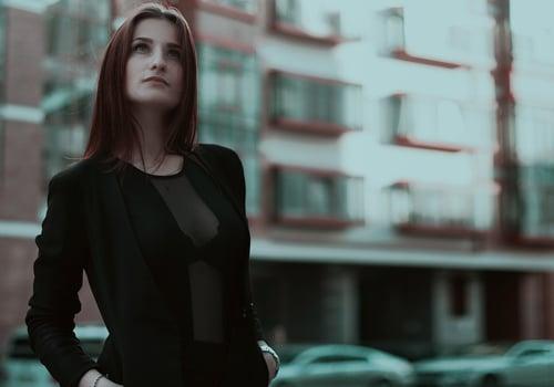 mujer mirando con sombra de ojos