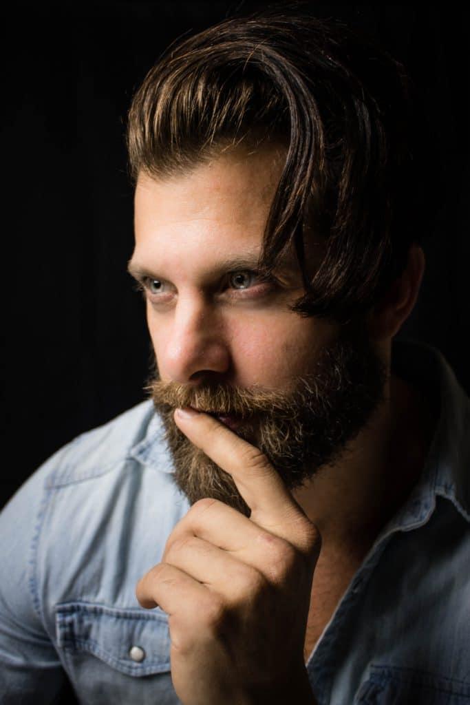 barbudo con productos naturales barba