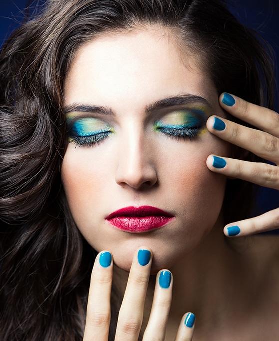 mujer con esmaltes de uñas sin niquel naturales