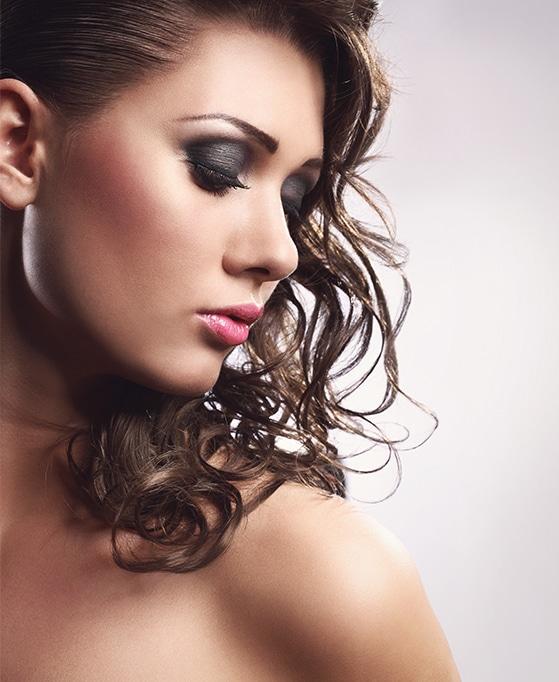 mujer con la linea de ojos realizada