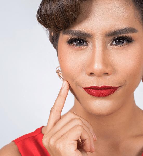 mujer con un perfilador labial