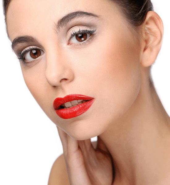 mujer con pintalabios natural