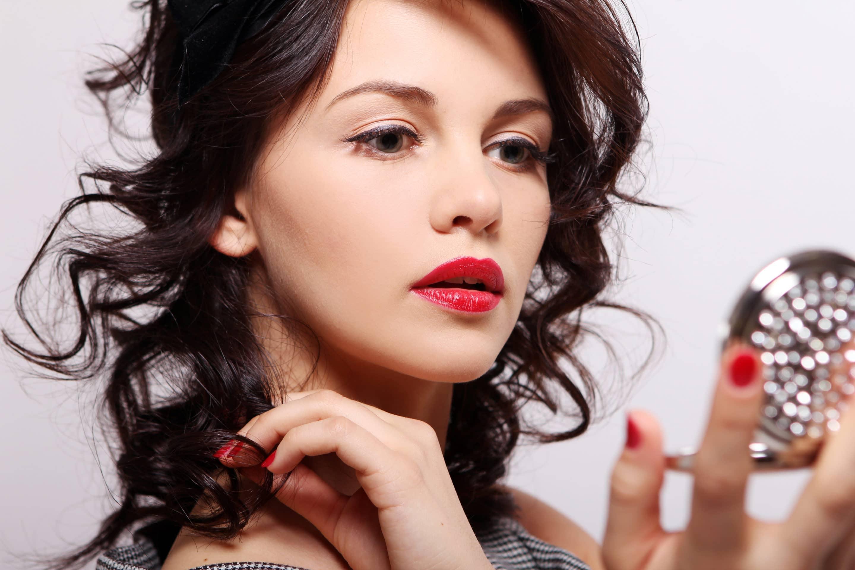 mujer maquillandose con un cosmetico natural